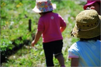 田舎で遊ぶ子どもたち
