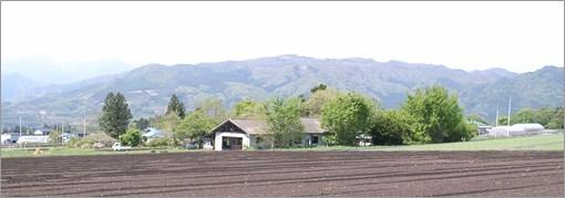 畑と山の遠景