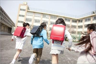 通学する子どもたち