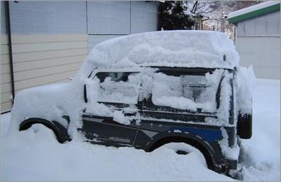 雪が積もったジムニー